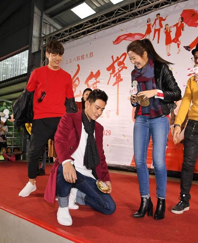 陳冠霖(左)投入參與活動現場半跪,李燕笑開懷。三立提供