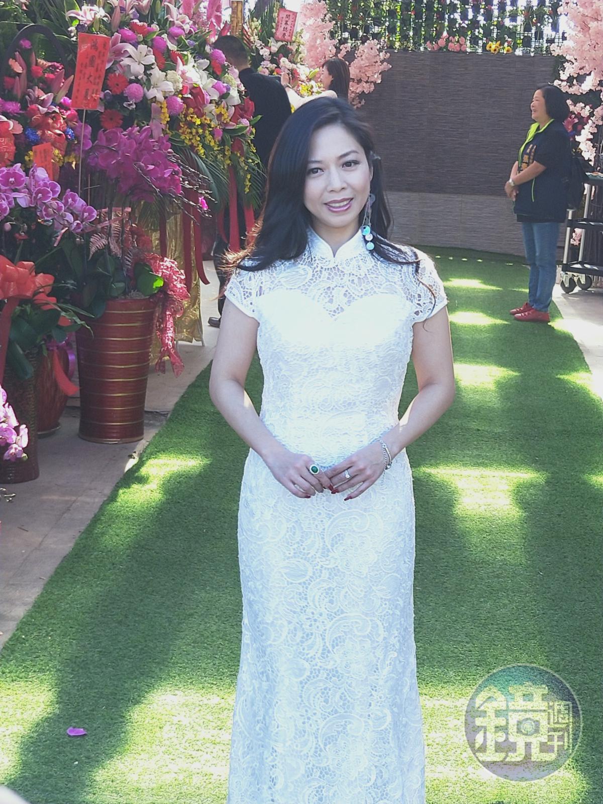 開幕當天,盧靚以一襲白色禮服出席參加活動。