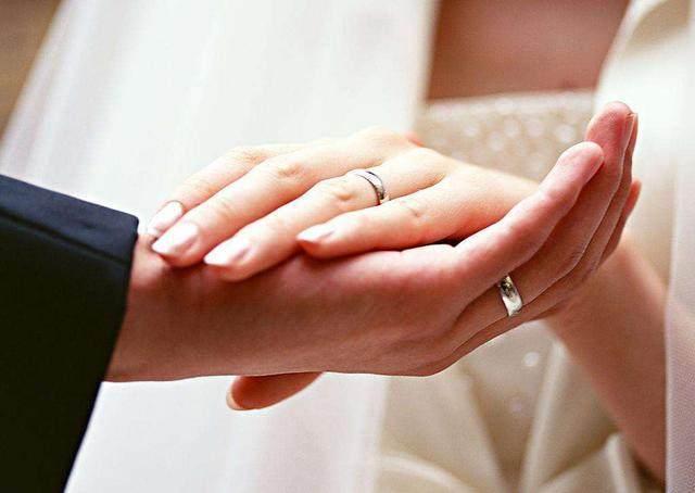我嫁给二婚老公,新婚夜正准备亲热,门就被婆婆打开了...但第二天我却忍不住亲婆婆一下!